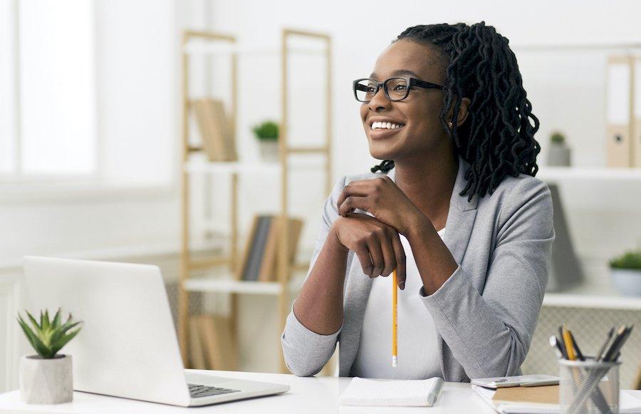 blog business woman at desk